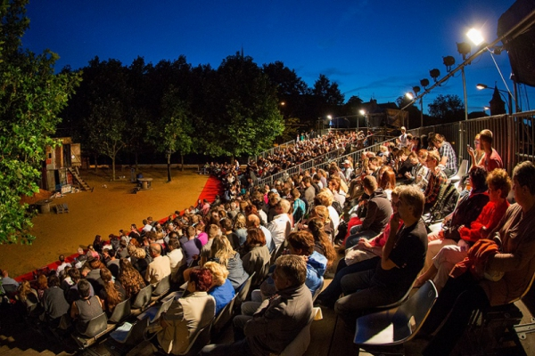Hledáme dobrovolníky pro Divadelní léto pod plzeňským nebem
